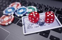 Pokerchips auf dem Laptop